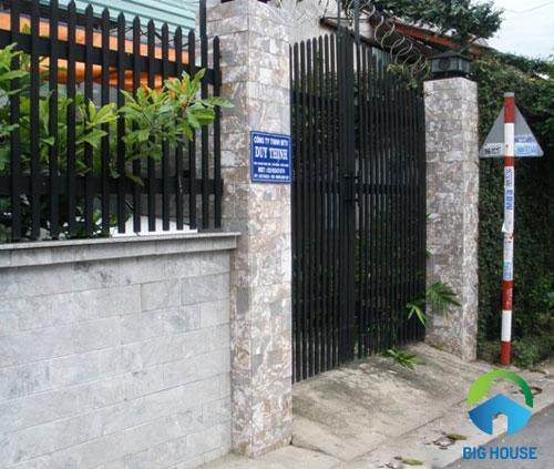 gạch ốp trụ cổng nhà giả cổ với họa tiết vân đá loang lổ