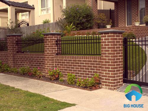 Sử dụng đồng bộ gạch thẻ màu đỏ cho cổng nhà, hàng rào và mặt tiền tạo nên sự hài hòa nhất
