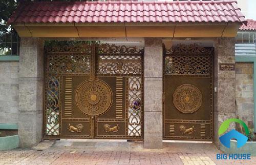gạch ốp trụ cổng nhà màu nâu sáng nổi bật