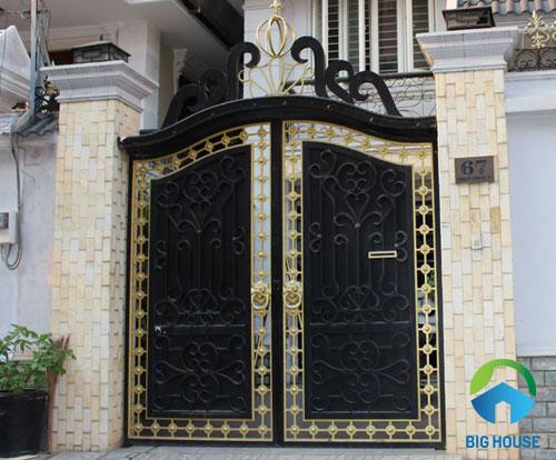 Mẫu gạch thẻ màu vàng ốp dọc trụ cổng