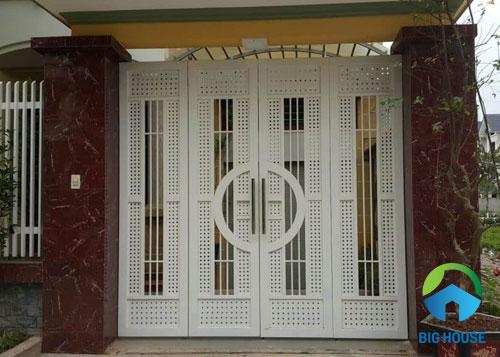gạch ốp trụ cổng nhà màu đỏ đô sang trọng
