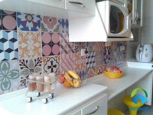 mẫu gạch bông ốp một khoảng tường trang trí bếp
