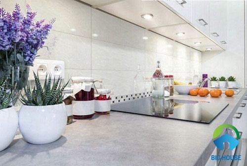 Có nên sử dụng gạch ốp tường bếp màu trắng không?