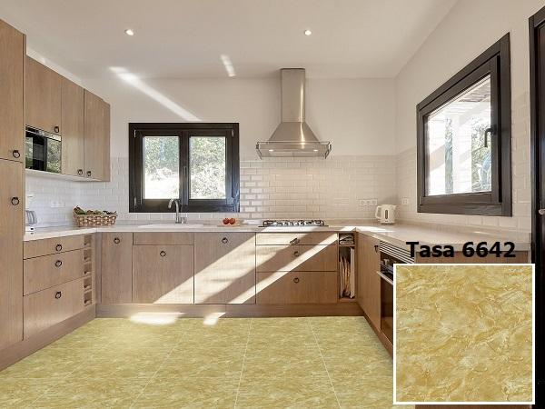 Phòng bếp chọn gạch lát nền vân đá màu nâu vàng sang trọng