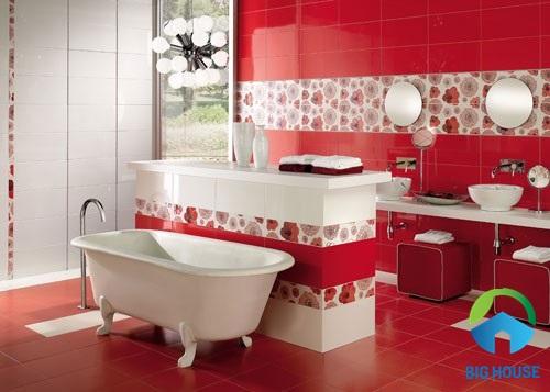 Gạch lát nền màu đỏ cho không gian nhà vệ sinh