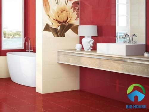 Gạch lát màu đỏ kết hợp cùng gạch ốp màu sáng cho phòng tắm