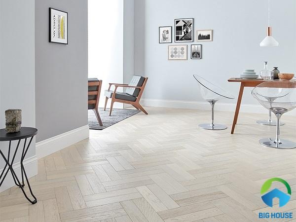 Dòng gạch lát nền vân gỗ màu trắng sữa cũng rất hợp để sử dụng cho không gian phòng bếp, phòng ăn