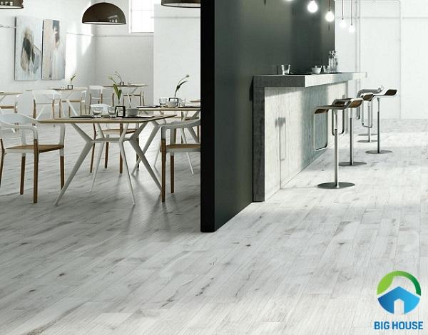 Tông màu trắng xám của gạch vân gỗ giúp hoàn thiện nét hiện đại, tối giản