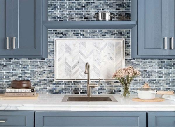 Mẫu gạch mosaic ton tone sur tone với màu sơn nội thất phòng bếp