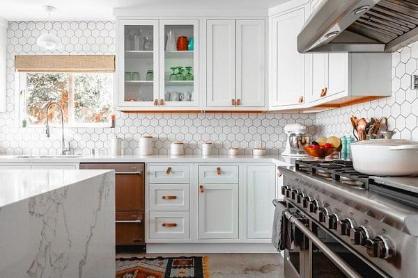 gạch mosaic ốp bếp màu trắng thanh lịch