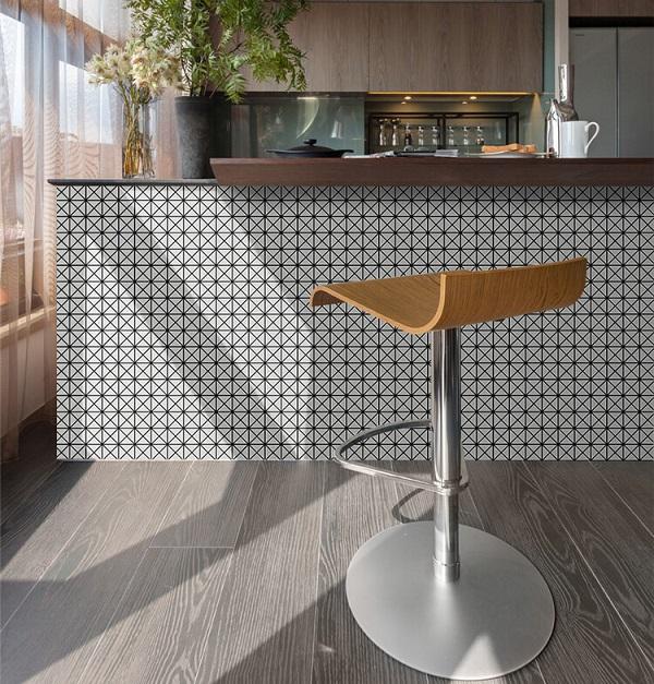 Gạch mosaic ốp đảo bếp hình vuông họa tiết đen trắng cổ điển