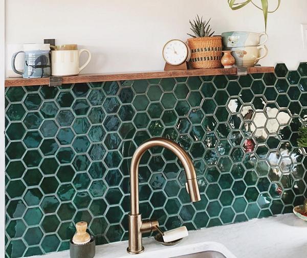 Mẫu gạch ốp tường mosaic lục giác màu xanh lá cây đậm
