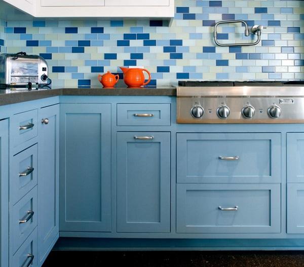 Mẫu gạch thẻ đồng màu với hệ thống tủ bếp mang vẻ đẹp hài hòa