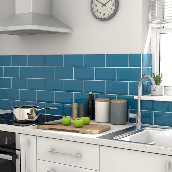 gạch ốp tường màu xanh dương cho phòng bếp