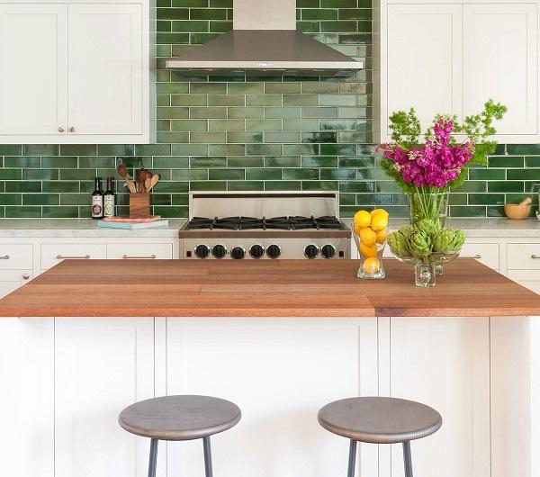 Gạch thẻ ốp bếp màu xanh lá cây nổi bật