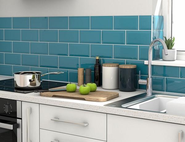 phối gạch ốp bếp màu xanh dương