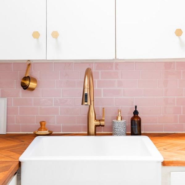 Mẫu gạch thẻ màu hồng ốp tường bếp