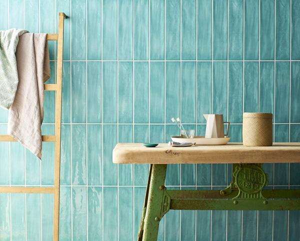 gạch thẻ ốp màu xanh ngọc ốp dọc giúp tạo chiều sâu cho không gian