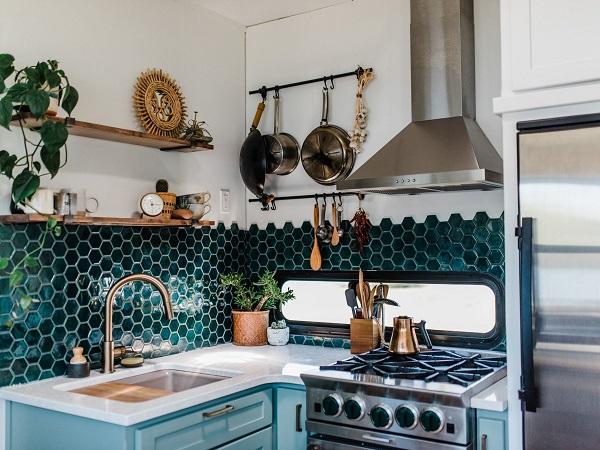 gạch ốp mosaic lục giác màu xanh ngọc lục bảo ốp tường bếp