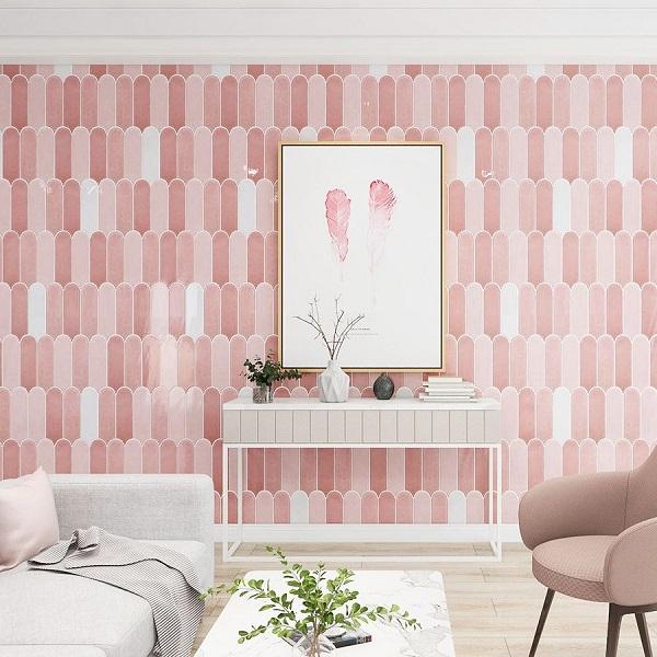 ốp phòng khách bằng gạch lông vũ màu hồng