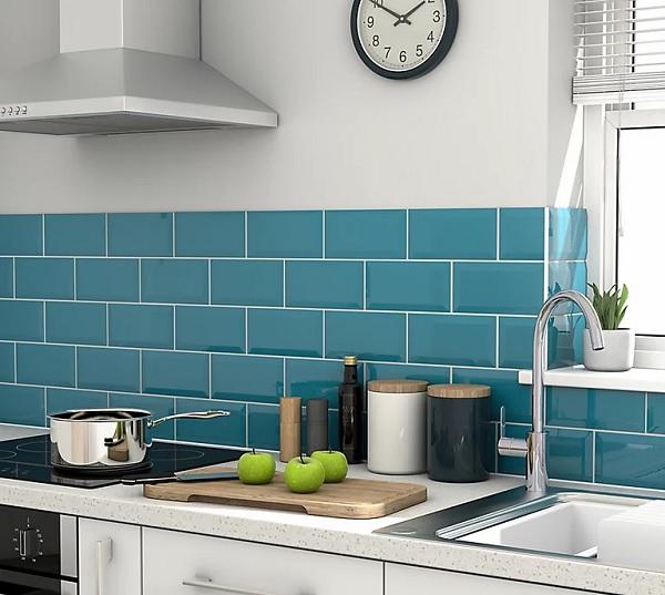 Gạch thẻ màu xanh lam ốp bếp men bóng vừa mang thẩm mỹ cao vừa vệ sinh dễ dàng