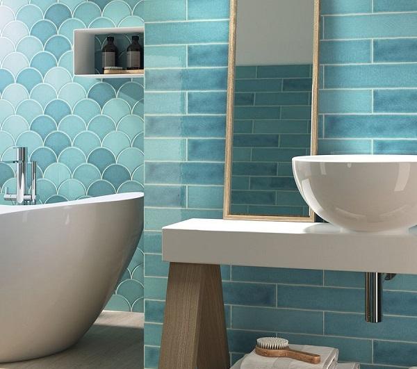Kết hợp gạch thẻ cùng gạch mosaic vảy cá màu xanh lam nổi bật