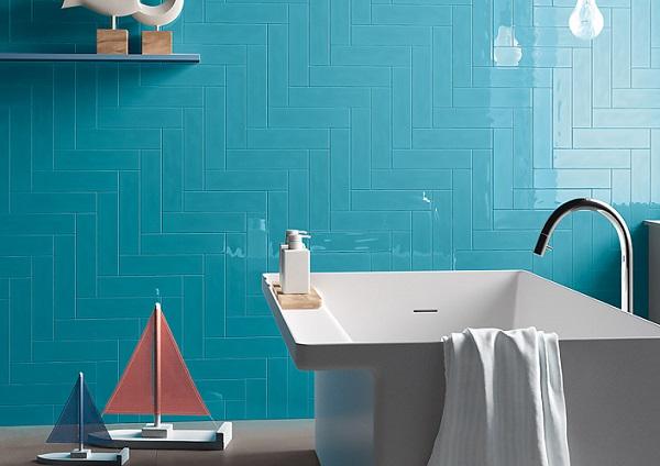 Gạch thẻ ốp màu xanh dương đậm cho phòng tắm sinh động, nổi bật