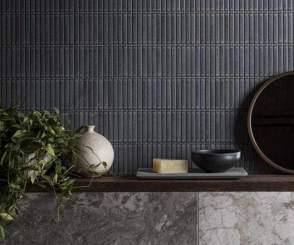 Gạch mosaic xám đậm dạng que cho phòng tắm sang trọng