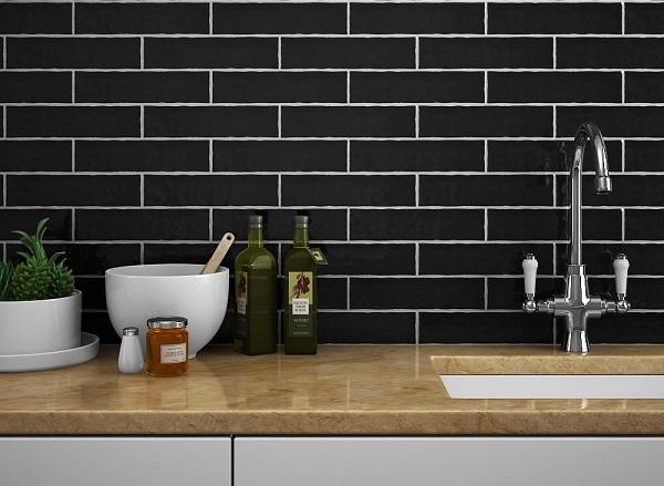 Mẫu gạch thẻ ốp tường bếp màu đen - đơn giản mà tinh tế