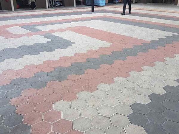 mẫu gạch lát vỉa hè lục giác lát xen lẫn 3 màu đỏ - xám -trắng nổi bật