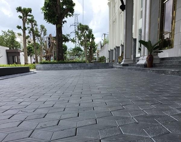 Gạch lục giác màu xám đen 3 sọc đảm bảo độ cứng, độ bền tốt
