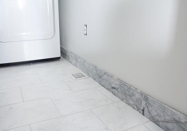 Mẫu gạch ốp chân tường thấp vân đá marble với gam màu trắng tinh tế