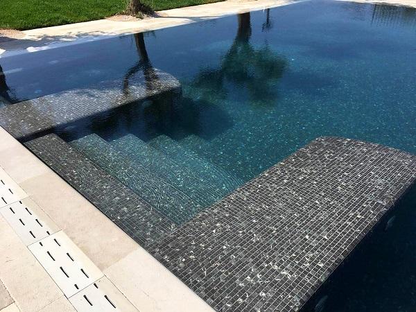 gạch mosaic ốp lát bể bơi với vẻ đẹp sang trọng, cuốn hút