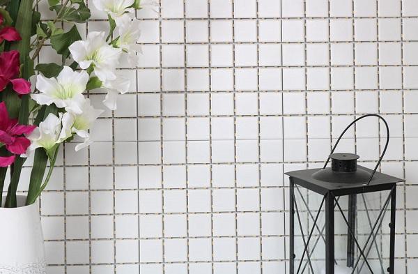 Gạch ốp hình vuông màu trắng mang vẻ đẹp trang nhã, thanh lịch