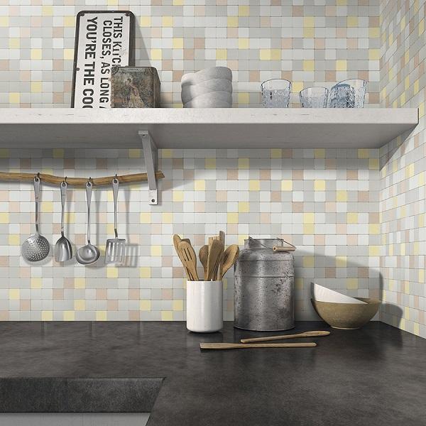 Gạch mosaic gốm hình vuông đa sắc nổi bật cho không gian tường bếp