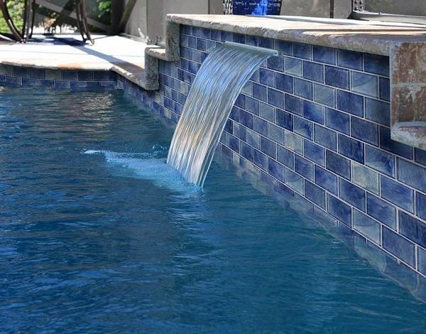 Mẫu gạch mosaic màu xanh dương ốp lát bể bơi