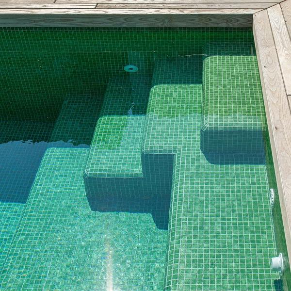 Gạch mosaic màu xanh rất được ưa chuộng để ốp lát bể bơi