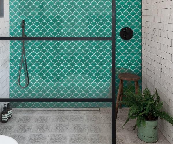 gạch mosaic vảy cá màu xanh ngọc ốp nhà tắm tươi mát