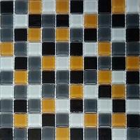 Gạch mosaic xen kẽ vàng, trắng, đen