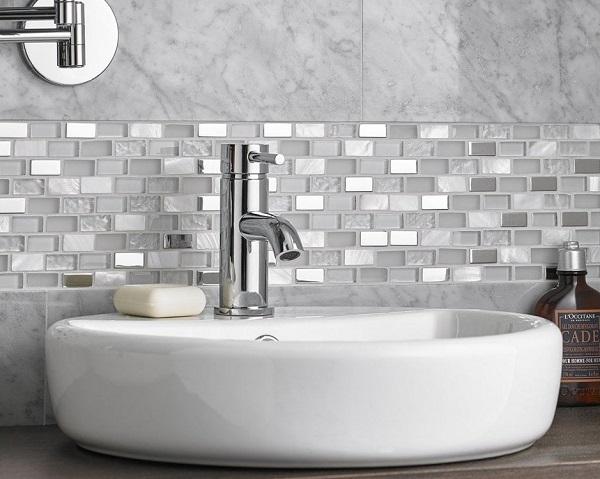 Gạch mosaic thủy tinh ốp nhà tắm kết hợp cùng gạch giả đá màu xám