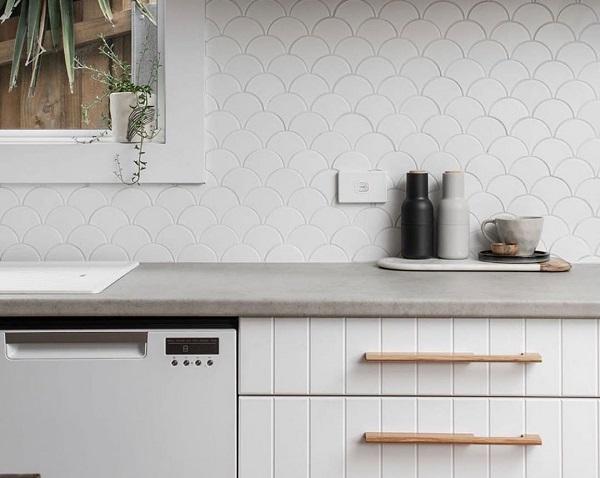 gạch mosaic vảy cá ốp bếp màu trắng cho không gian phòng bếp thiết kế đơn giản