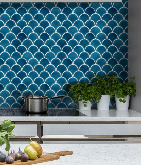 Gạch ốp tường bếp xanh dương chắc chắn sẽ tạo ấn tượng thị giác hiệu quả cho người nhìn
