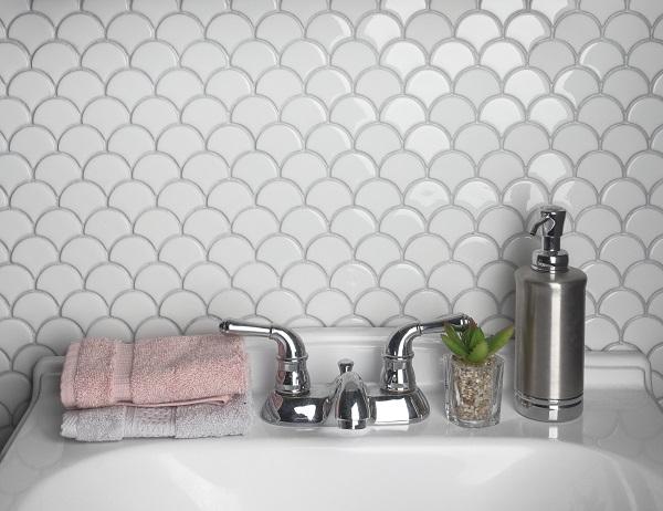 Gạch mosaic vảy cá men bóng màu trắng sang trọng cho phòng tắm hiện đại