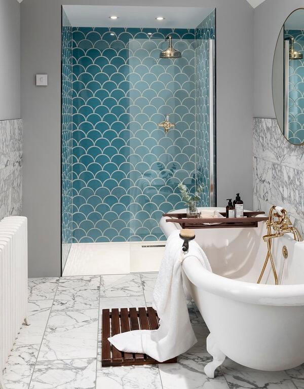 Mẫu gạch mosaic vảy cá màu xanh ngọc cho không gian phòng tắm thêm sang trọng