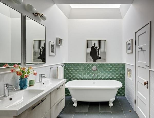 Gạch mosaic vảy cá màu xanh ngọc bích ốp chân tường phòng tắm