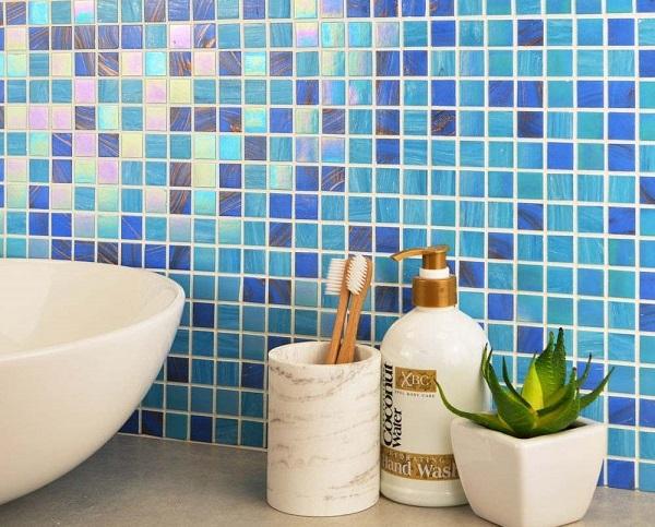 Mẫu gạch mosaic hình vuông gây ấn tượng bằng những gam màu đậm - nhạt khác nhau