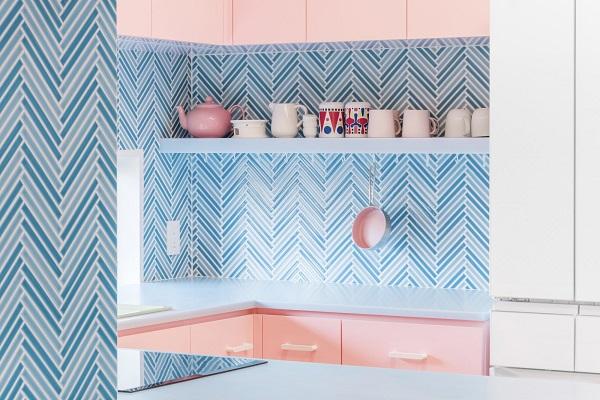 Gạch ốp màu xanh dương kết hợp cùng tủ bếp màu hồng nhẹ nhàng