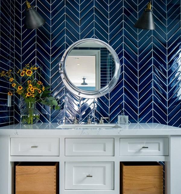 Gạch ốp màu xanh đậm mang đến cho không gian phòng tắm vẻ đẹp sinh động hơn