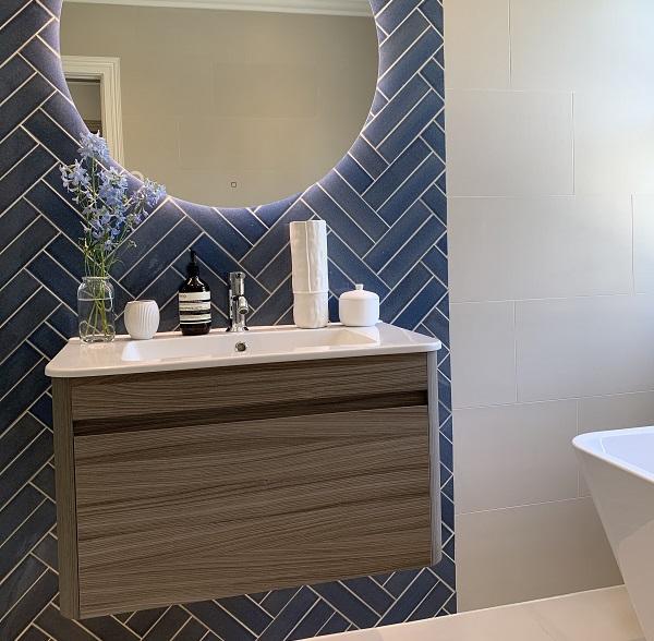Gạch ốp màu xanh lam rất phù hợp cho không gian phòng tắm