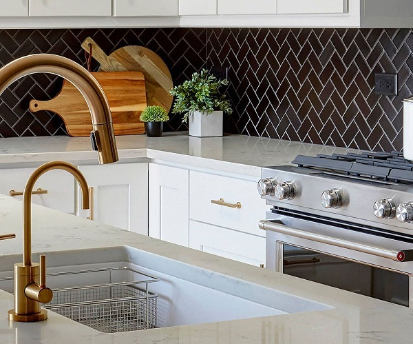 gạch mosaic xương cá ốp bếp màu đen nổi bật hơn trên nền tủ bếp màu trắng